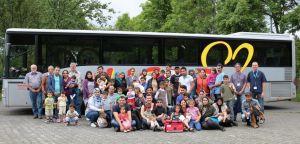 Gruppenfoto vor dem Bus